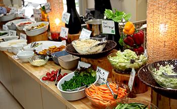 土佐清水市産の新鮮な野菜や魚の料理が30~40品目並ぶバイキング